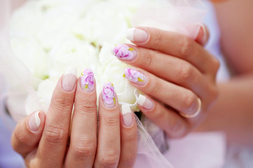 Идеи свадебного маникюра -  украшение цветами