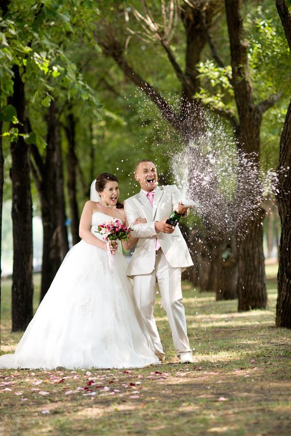 Открытие бутылки шампанского, жених и невеста