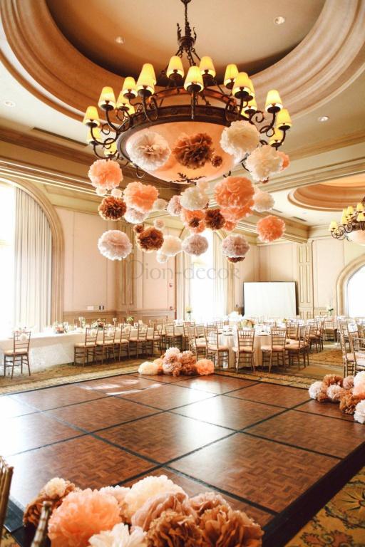 Помпоны в свадебном зале