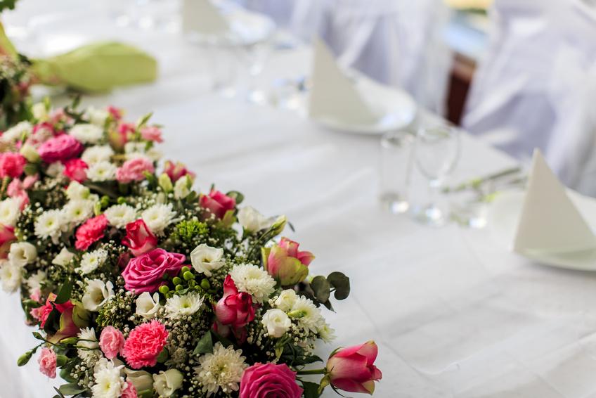 Оформление стола молодоженов цветами