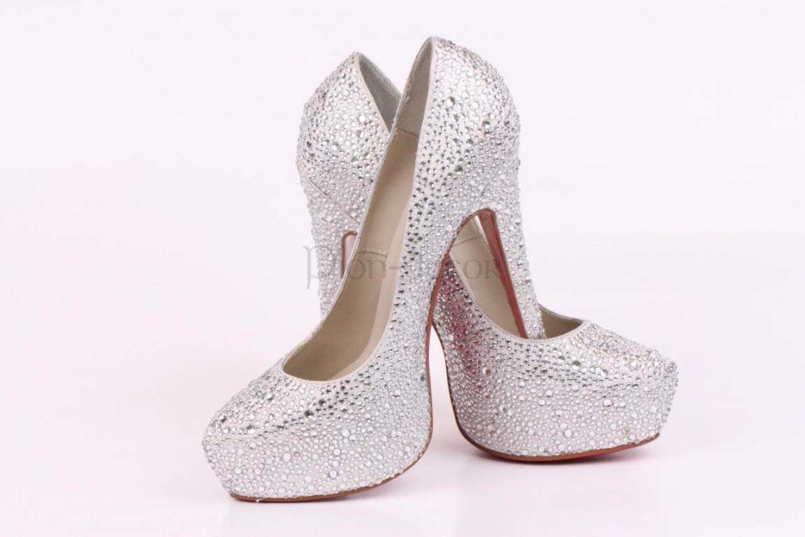 Свадебные туфли, украшенные стразами