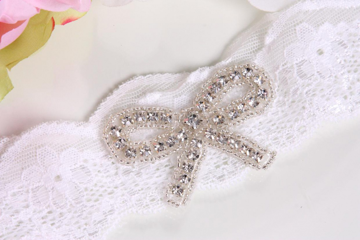 Украшение бисером свадебной подвязки
