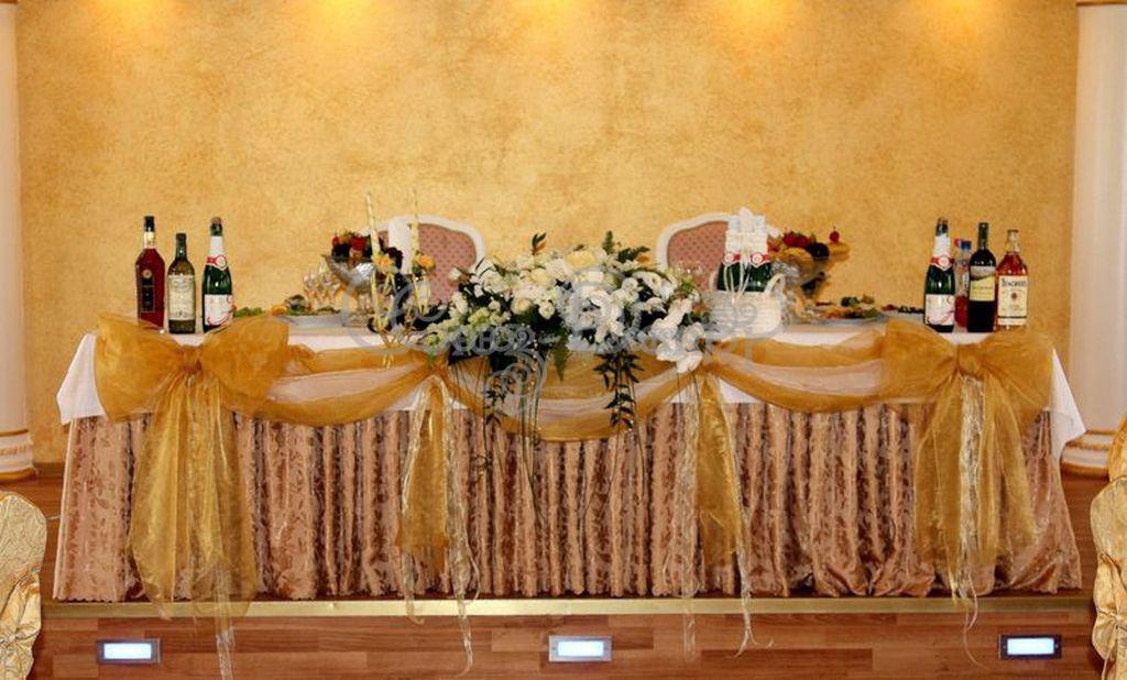 Украшение стола жениха и невесты с бантами из органзы или атласа