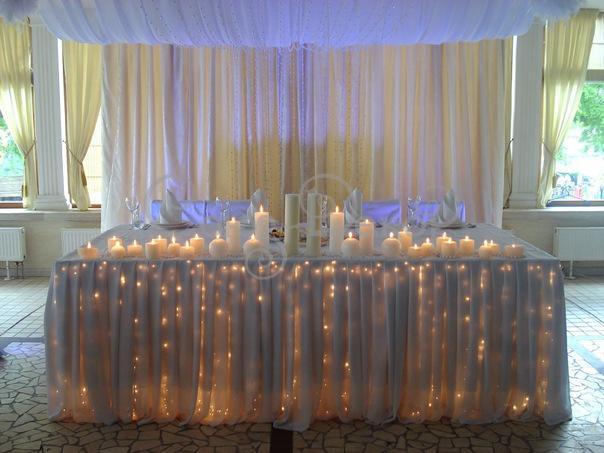 Оригинальное световое украшение стола молодоженов