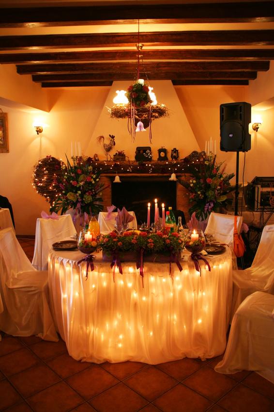 Украшения стола жениха и невесты гирляндами