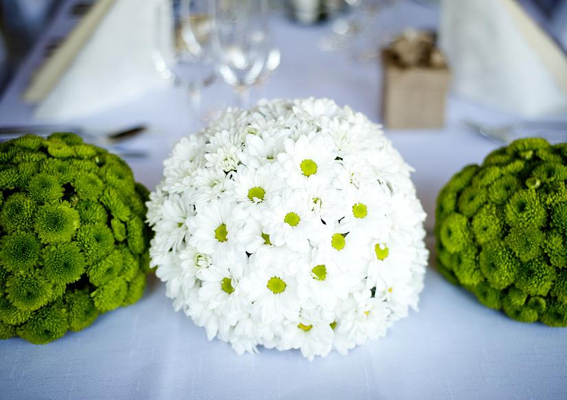 Оформление свадебных столов жениха и невесты цветочным композициями