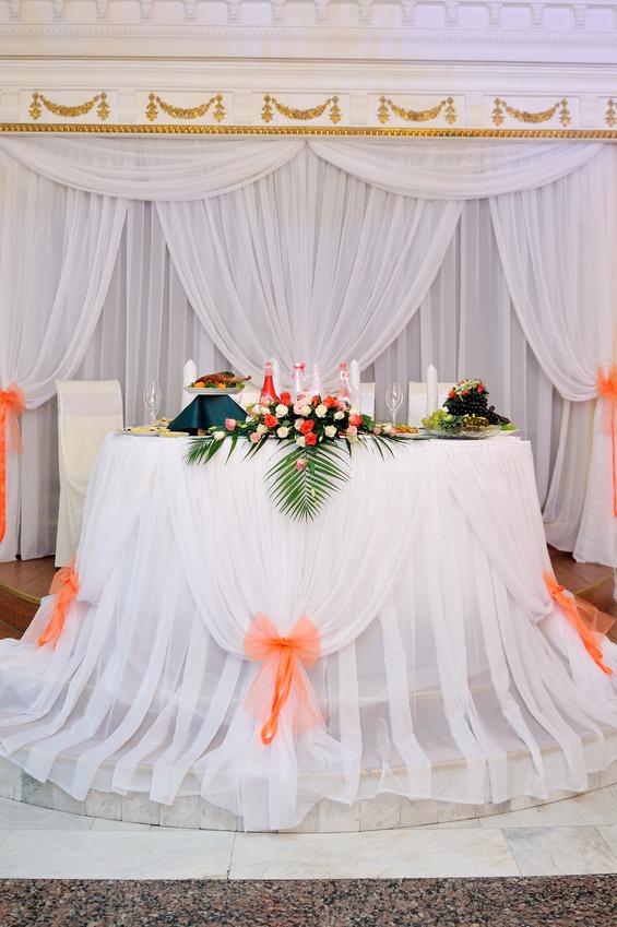 Декорирование тканью свадебного стола жениха и невесты