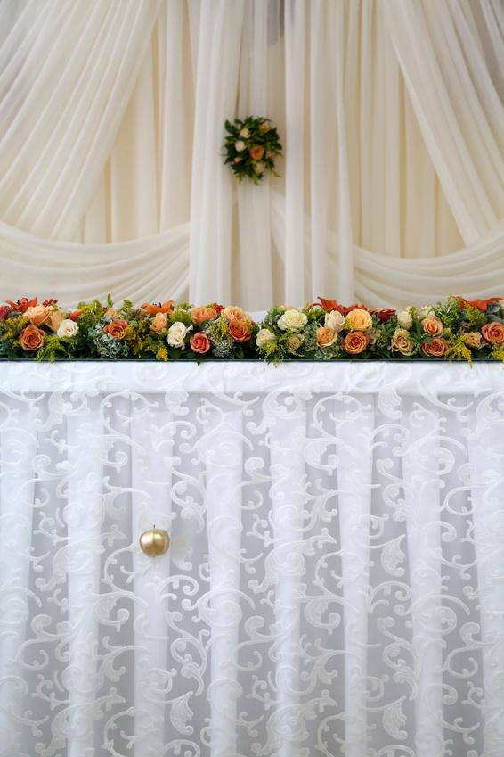 Украшение свадебных столов жениха и невесты цветами