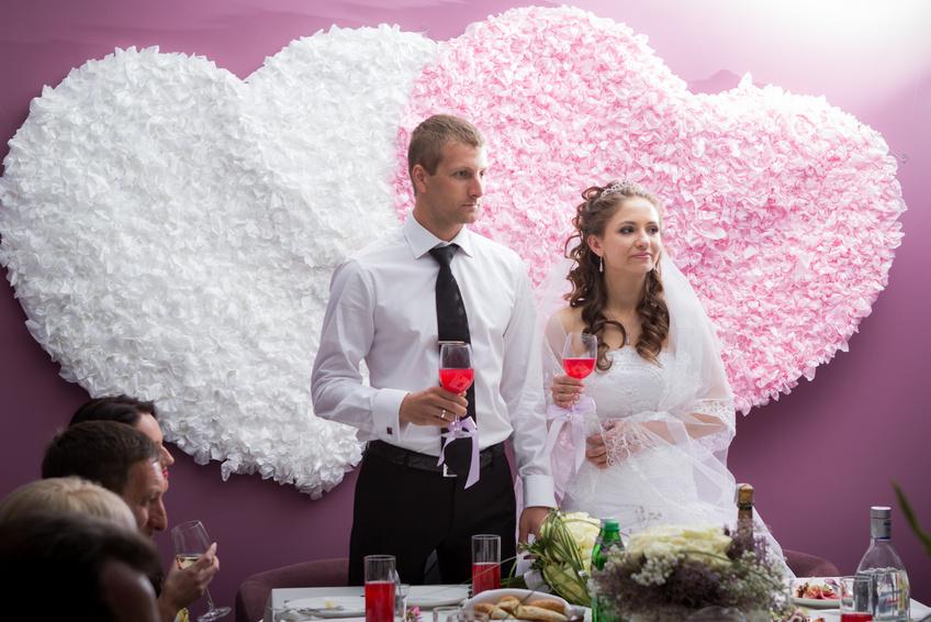 Украшения свадебного стола жениха и невесты сердечками