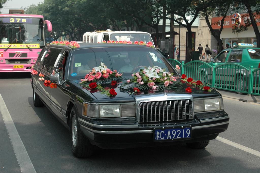 Украшение свадебной машины живыми цветами