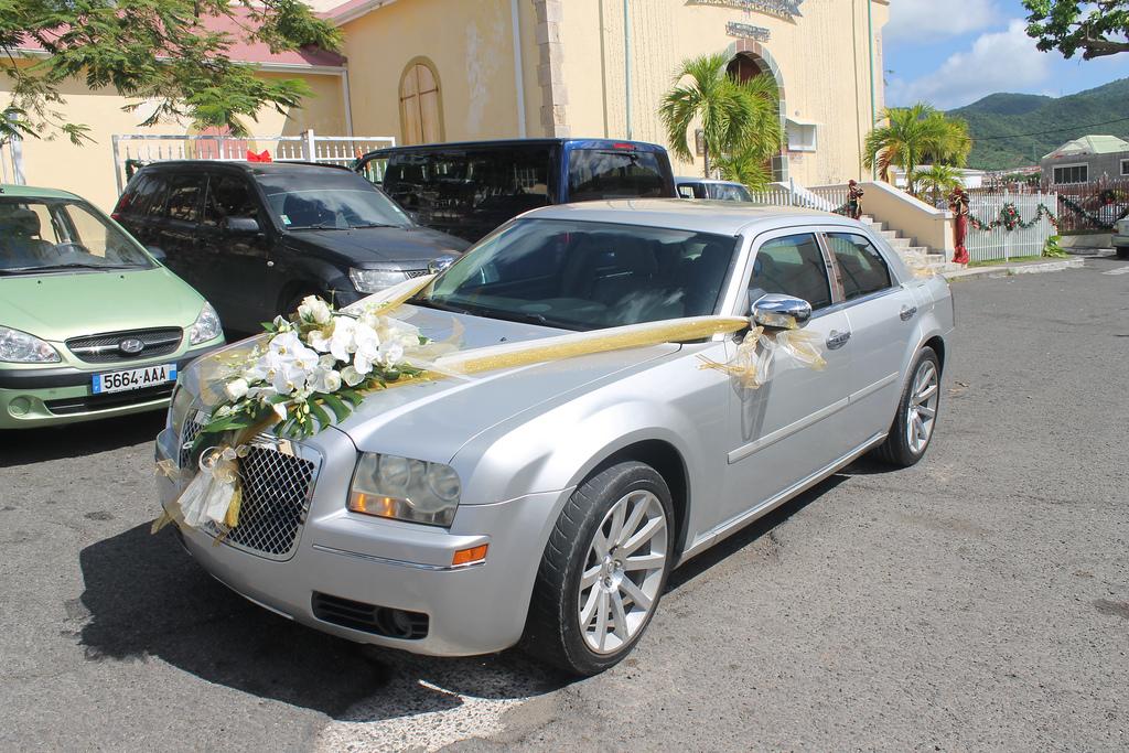 Пример классического украшение свадебной машины из цветов и лент