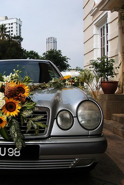 Цветочное украшение свадебной машины своими руками
