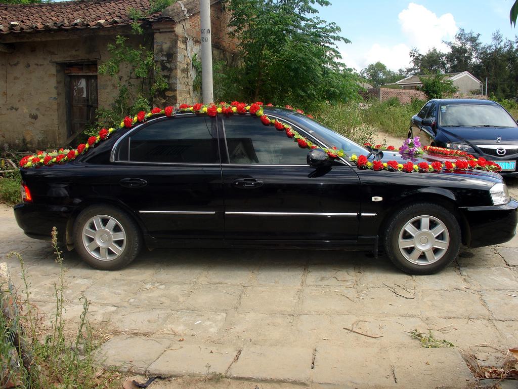 Украшение машины на свадьбу гирляндами из цветов