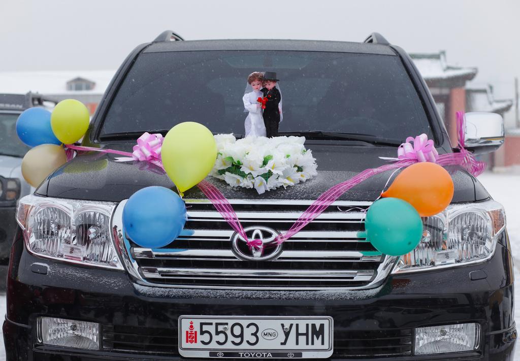 Украшение свадебной машины воздушными шарами
