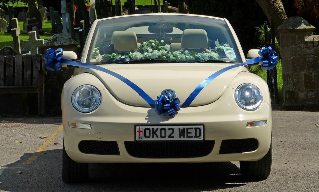 Украшение машины на свадьбу цветами изнутри