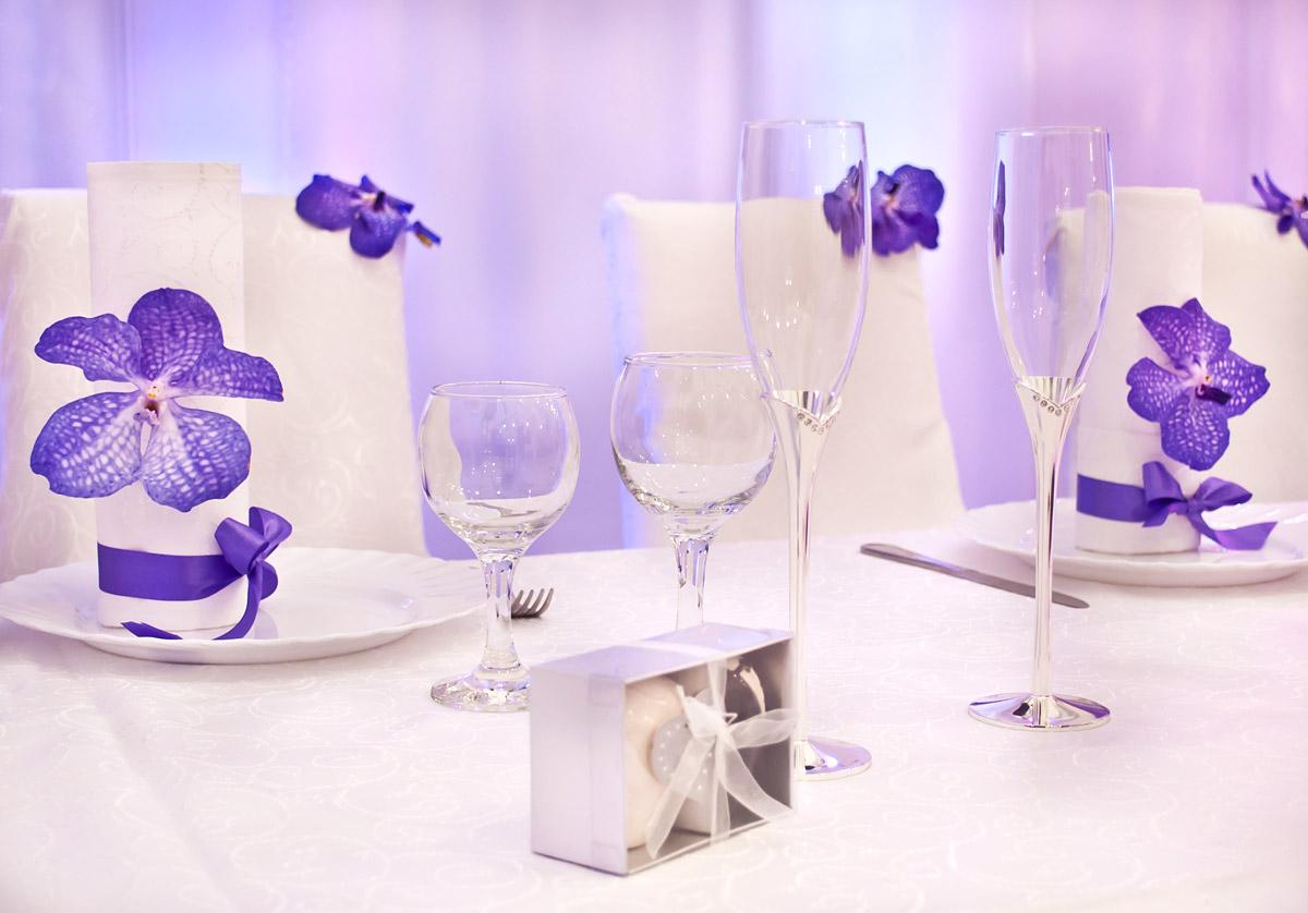 Оформление свечей на свадьбу с помощью живых цветов