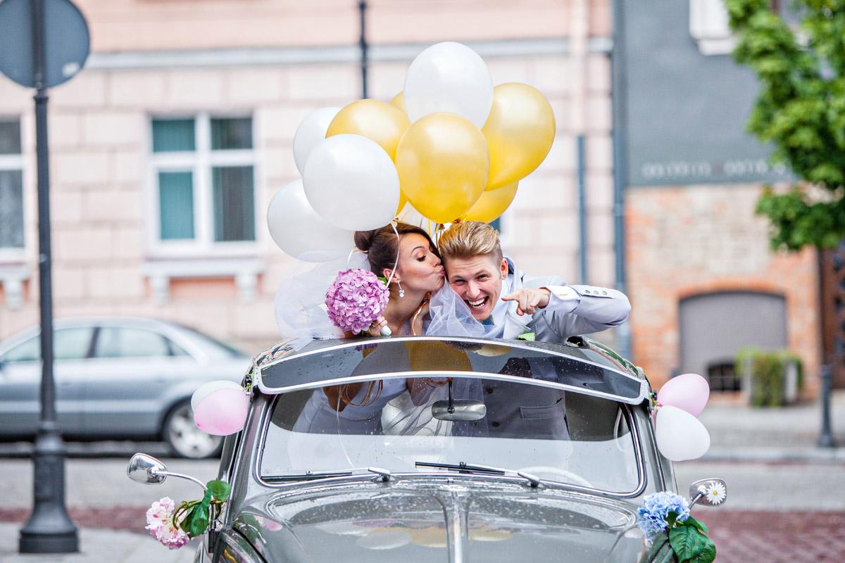 Оформление свадебных машин шарами