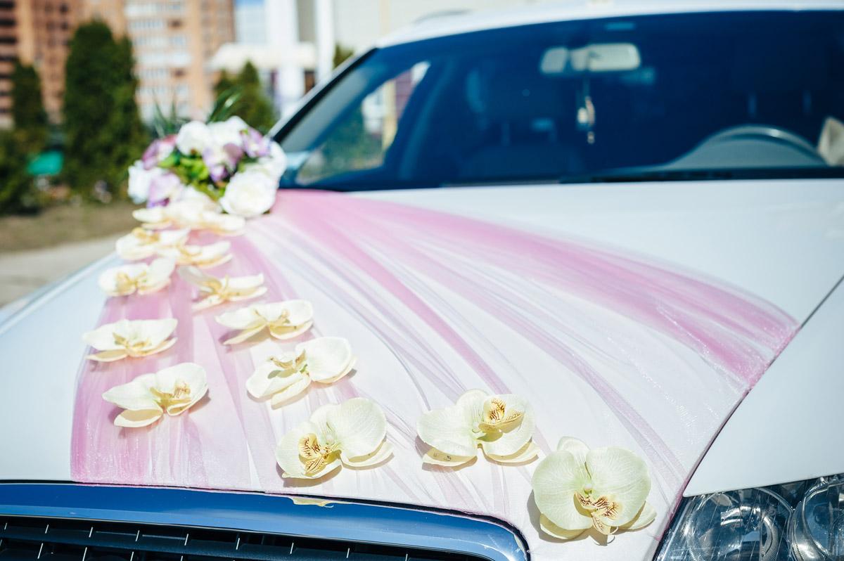 Оформление свадебных машин лентами и живыми цветами