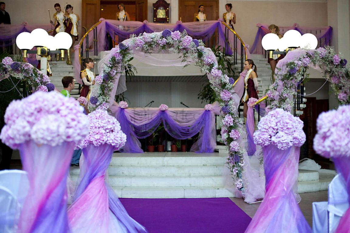 Каскадное оформление тканью и лентами свадьбы