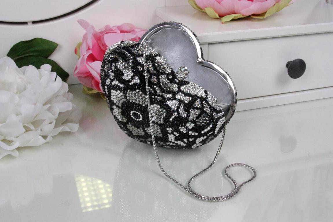 Свадебная сумочка с цветочными узорами