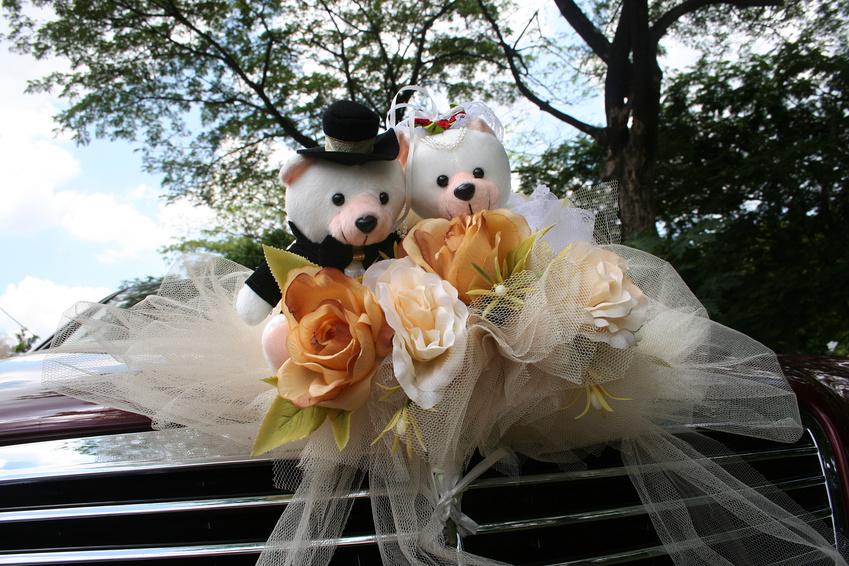 Украшение свадебной машины мягкими игрушками