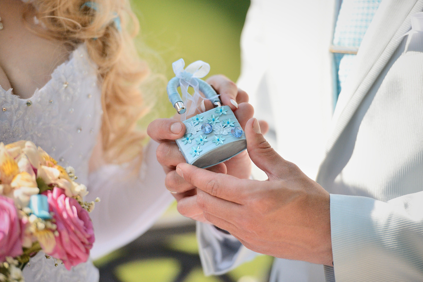 как украсить замок на свадьбу своими руками