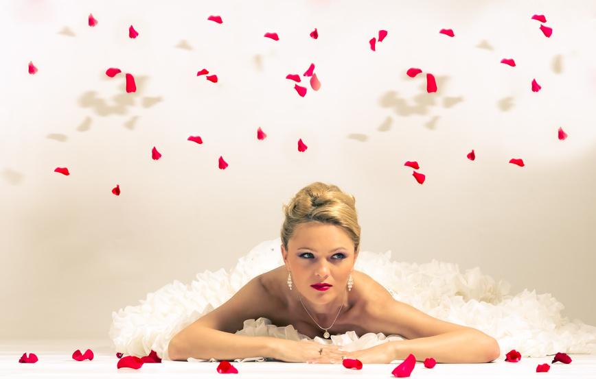 Невеста и лепестки роз