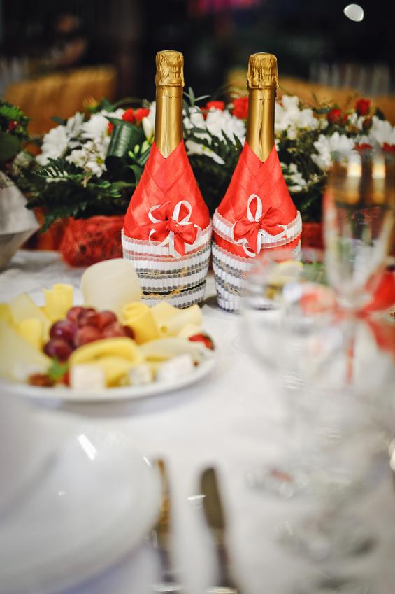 Украгение лентами свадебного шампанского