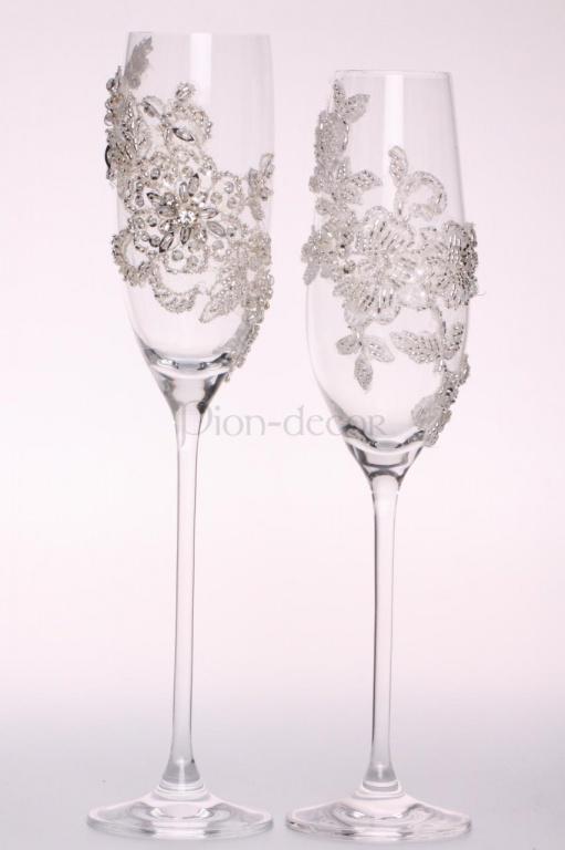 Украшение свадебных бокалов стразами и кружевом
