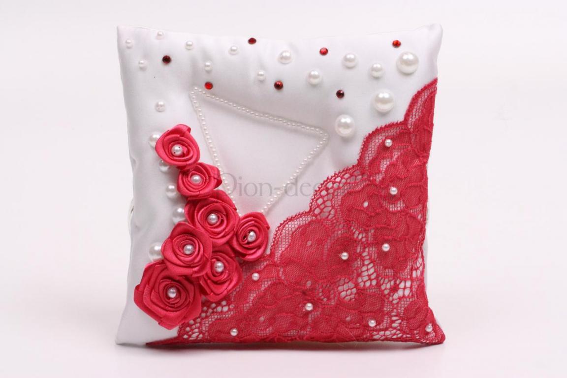 Яркая подушка для колец с оригинальным декором