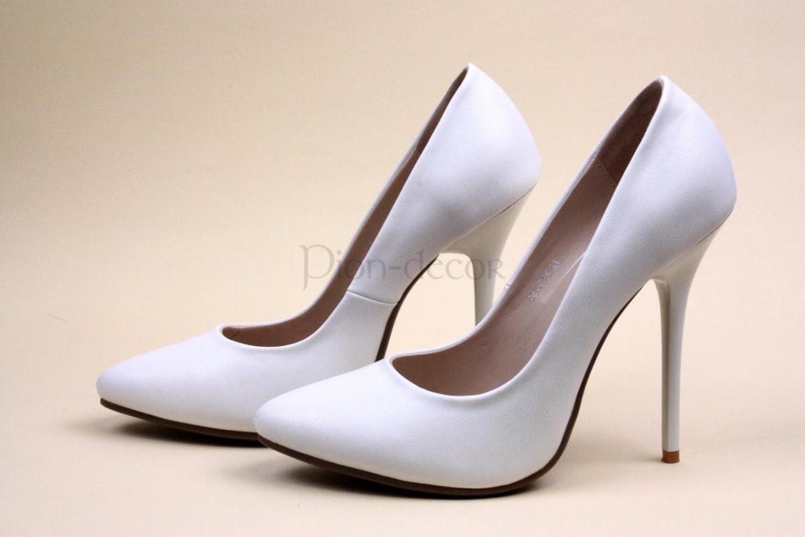 В числе других модных трендов 2014 года особое место занимают легкие открытые туфли на танкетке. Это не только стильно, но и удобно: в такой обуви